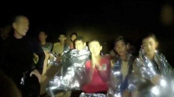 থাইল্যান্ডের গুহায় আটকে পড়া ফুটবলাররা এখন হাটতে পারছে
