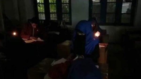 তুষারে বিপর্যস্ত কাশ্মীর, মোমবাতির আলোতে পরীক্ষা