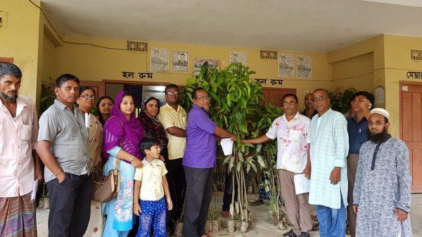 চুনারুঘাটে ১৫টি শিক্ষা প্রতিষ্ঠানে ৫'শত ফলজ বৃক্ষ গাছ বিতরণ